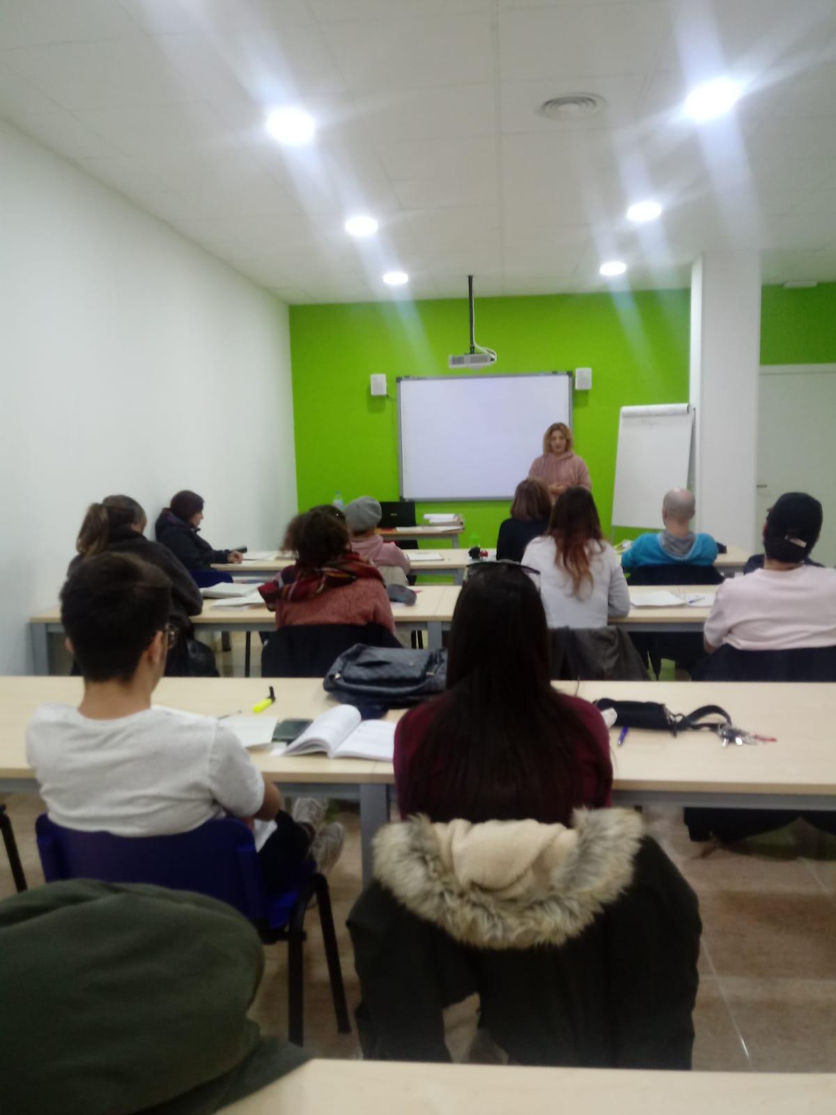 La mediadora de l'Ajuntament d'Amposta ofereix una xerrada a l'alumnat del curs de mediació comunitària